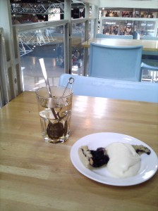 Tea and pie and vanilla sauce at Ahlens City